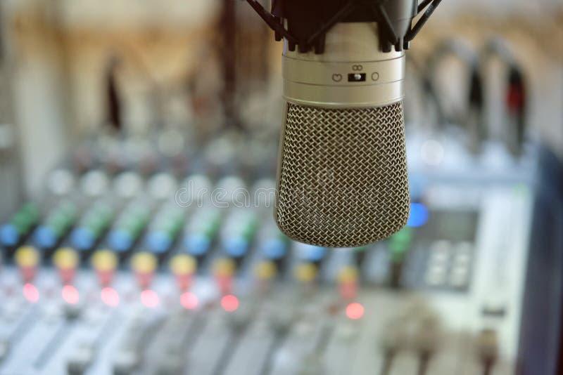 话筒在广播屋子里有迷离背景 免版税库存照片