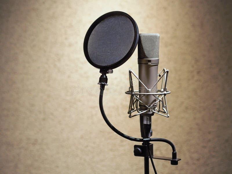 话筒在录音演播室 截去容易的前话筒路径专业去除的视图的背景 免版税库存图片