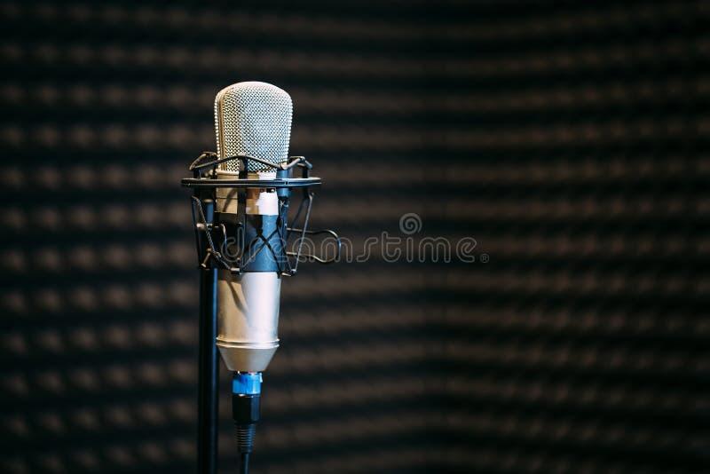 话筒在无线电演播室 免版税库存图片