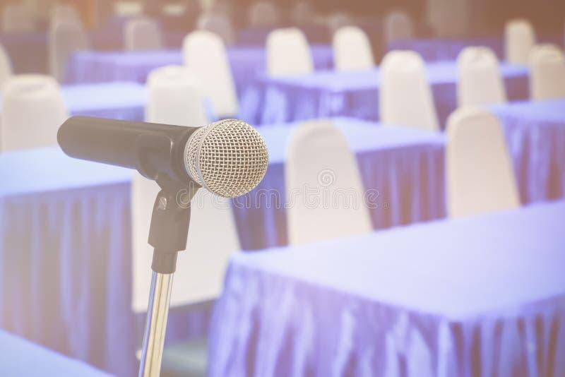 话筒无线老在一个立场在内部候选会议地点研讨会空的会议背景中 库存图片