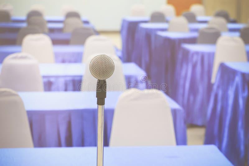 话筒无线老在一个立场在内部候选会议地点研讨会空的会议背景中 图库摄影