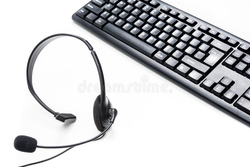 话筒耳机和键盘在桌上 免版税库存图片