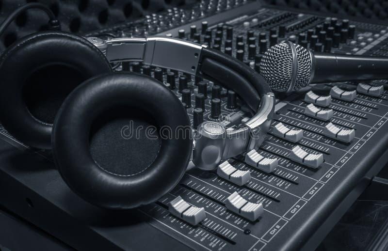 话筒,耳机,混音器背景 免版税图库摄影