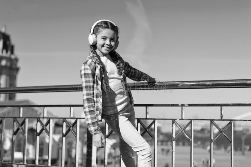 该当a听的最佳的音乐应用程序 现在使您的孩子满意对可利用最佳的额定的孩子的耳机 ?? 库存图片