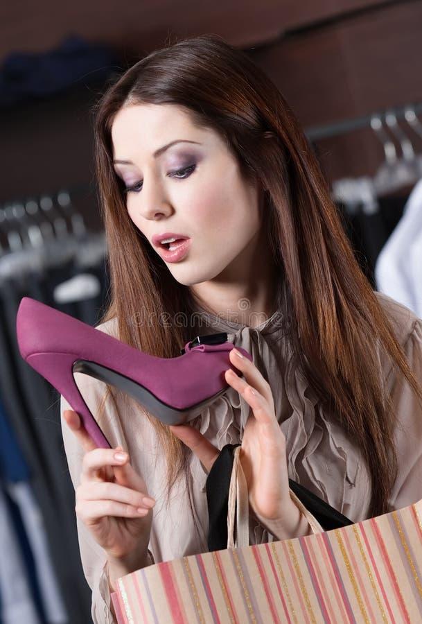 详细检查典雅的鞋子 免版税库存照片