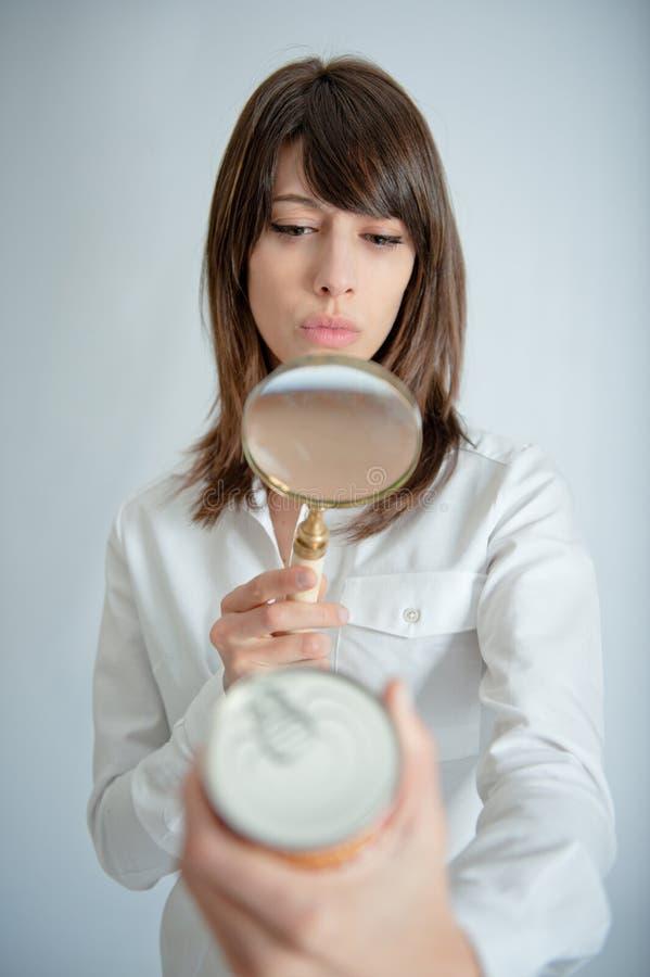 详细检查妇女的标签营养 免版税库存图片