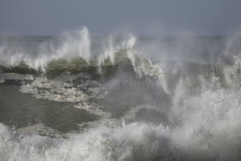 详细的碰撞的波浪 免版税库存照片