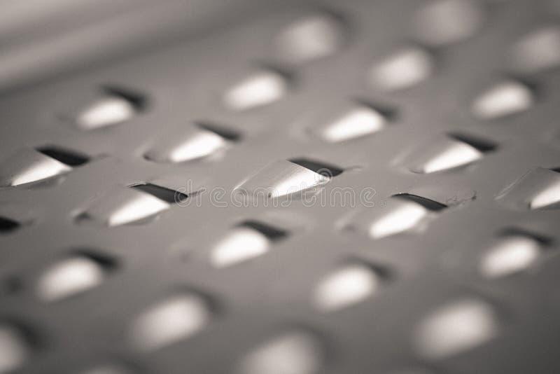 详细的金属乳酪磨丝器的monocrome宏观射击 库存照片