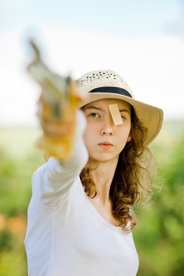 详细瞄准体育女性射击者的面孔,集中在射击前 库存照片