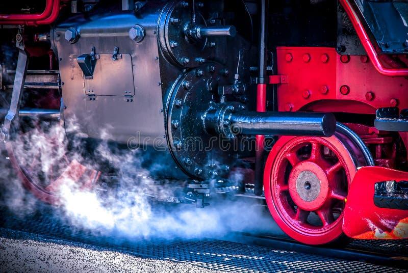 详细老蒸汽机车与被逐出的水蒸气 免版税图库摄影