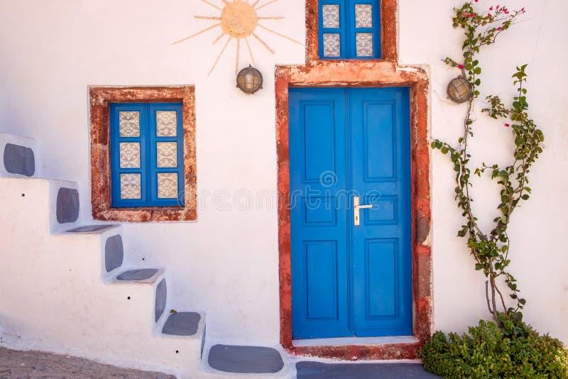 详述传统五颜六色的希腊门和窗口,圣托里尼看法  免版税图库摄影