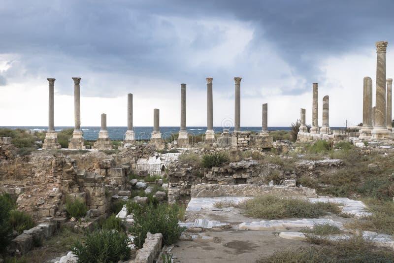 详述在废墟的柱子与在轮胎,酸,黎巴嫩的剧烈的cloudscape 免版税库存图片