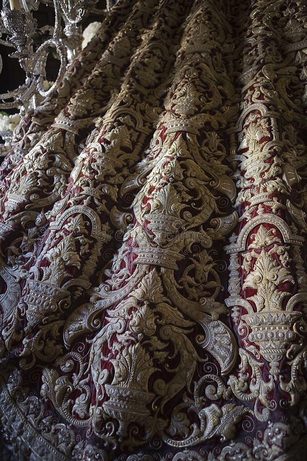 详述在红色天鹅绒绣的维尔京的披风 免版税库存照片