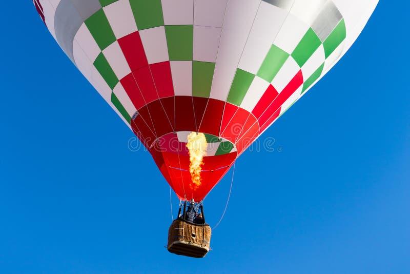 详述在飞行中五颜六色的热空气气球火焰丙烷 免版税库存图片