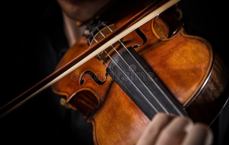 详述弹奏他的仪器的小提琴手 免版税库存照片