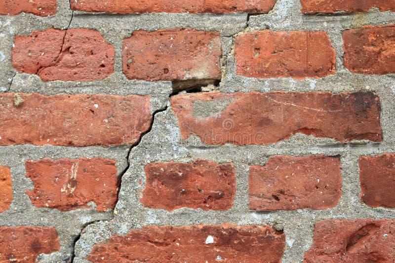 详述紧密在红色被风化的砖墙上的看法有在高分辨率的有些镇压的 免版税库存图片