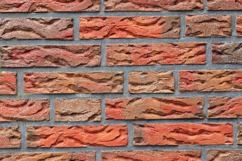 详述紧密在红色被风化的砖墙上的看法有在高分辨率的有些镇压的 免版税库存照片