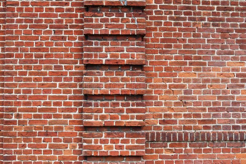 详述紧密在红色被风化的砖墙上的看法有在高分辨率的有些镇压的 库存图片
