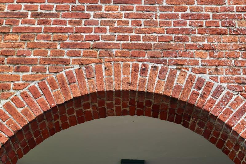 详述紧密在红色被风化的砖墙上的看法有在高分辨率的有些镇压的 库存照片