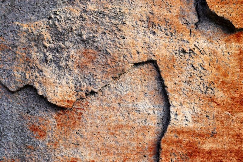 详述紧密破裂和被风化的混凝土墙表面在高分辨率的 免版税库存照片
