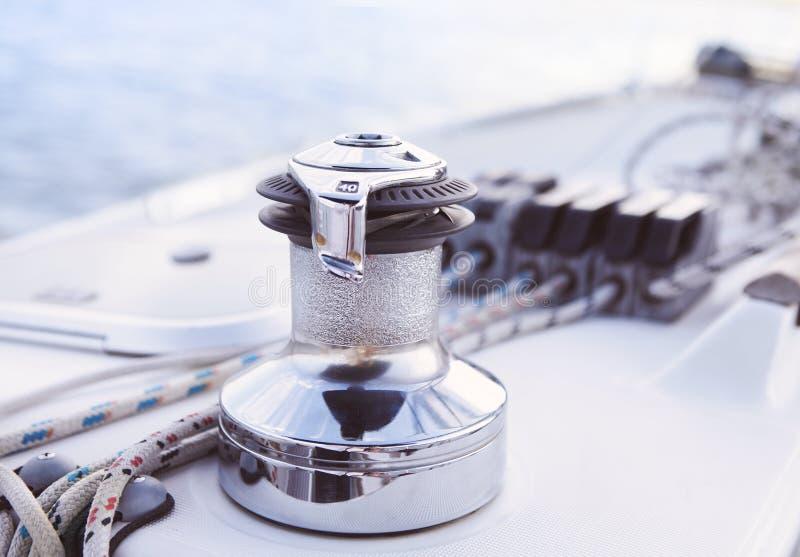 详细零件风船 关闭在游艇ove绞盘和绳索  免版税库存图片