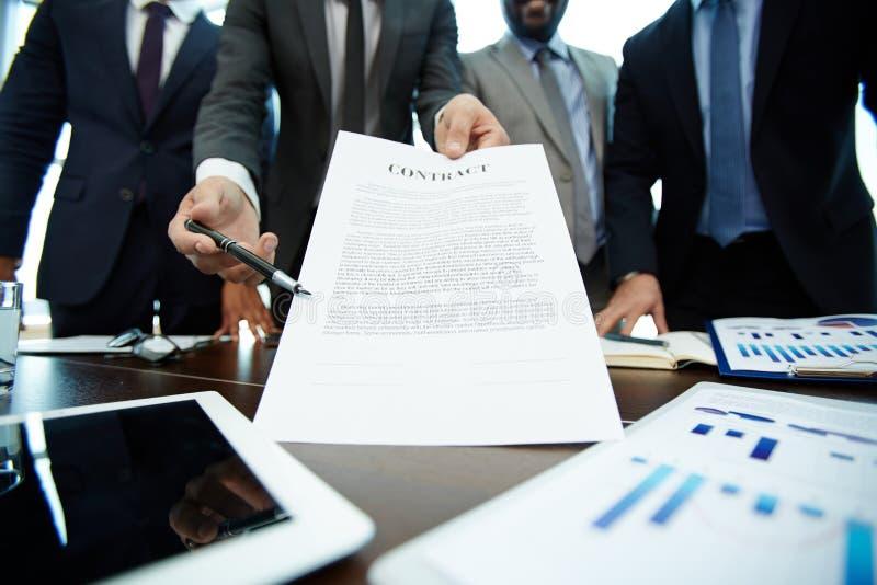 诱导商务伙伴签合同 免版税库存照片
