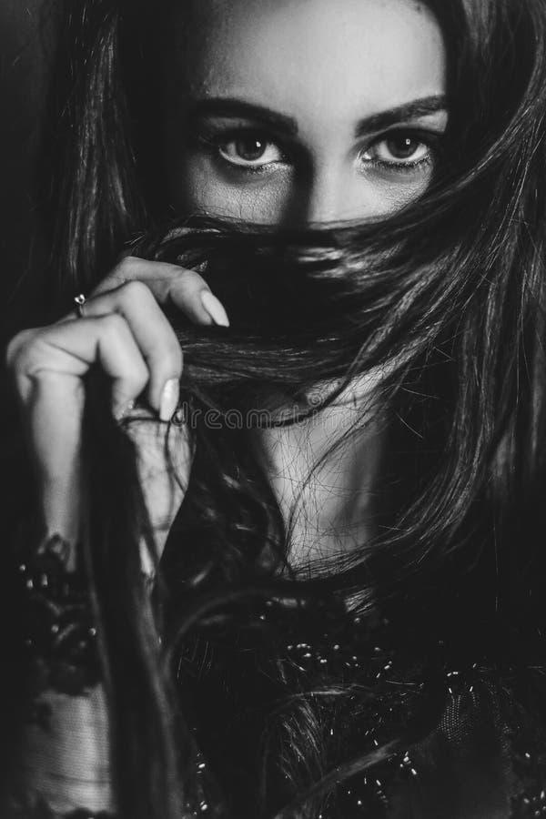 诱惑她英俊的恋人的一名肉欲的妇女的特写镜头画象 免版税库存照片