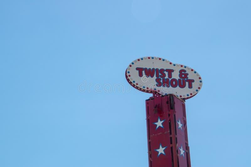说在大西洋城木板走道的乘驾&呼喊看的转弯的五颜六色的标志 免版税库存图片