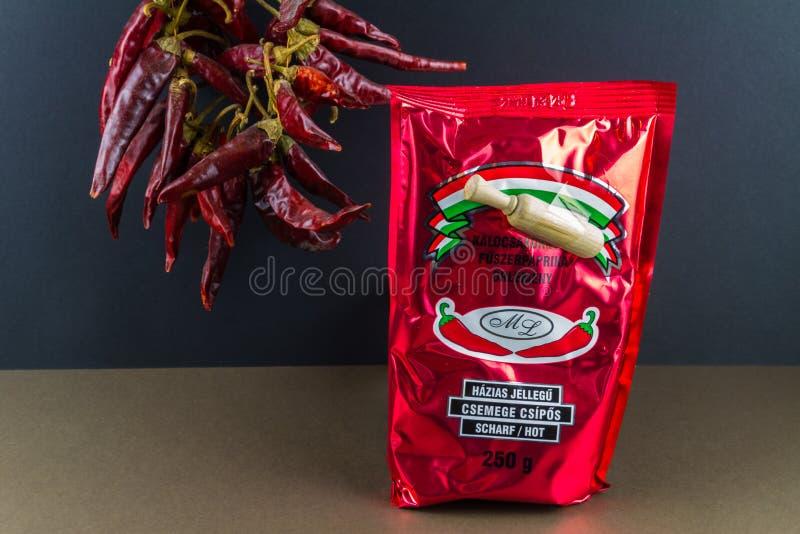 说明社论匈牙利热的辣椒粉,胡椒在背景中 免版税库存图片