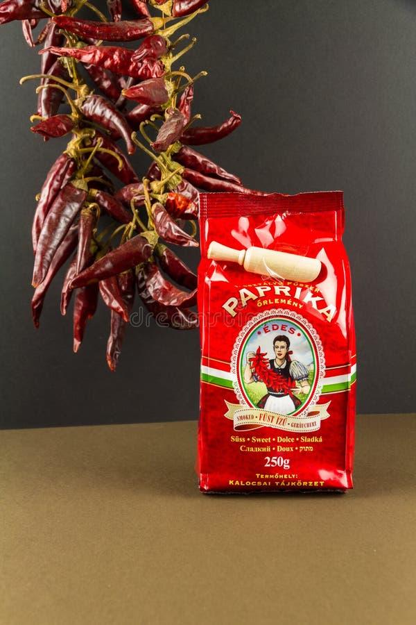 说明社论辣椒贸易匈牙利甜熏制的辣椒粉,胡椒在背景中 免版税库存照片