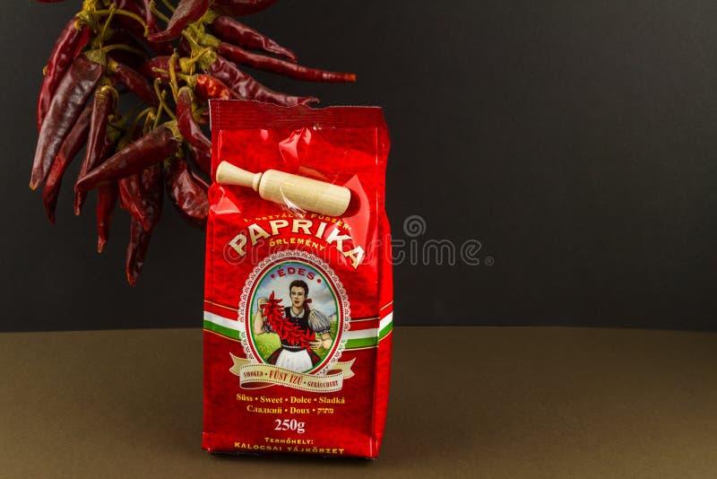 说明社论辣椒贸易匈牙利甜熏制的辣椒粉,胡椒在背景,风景中 库存照片