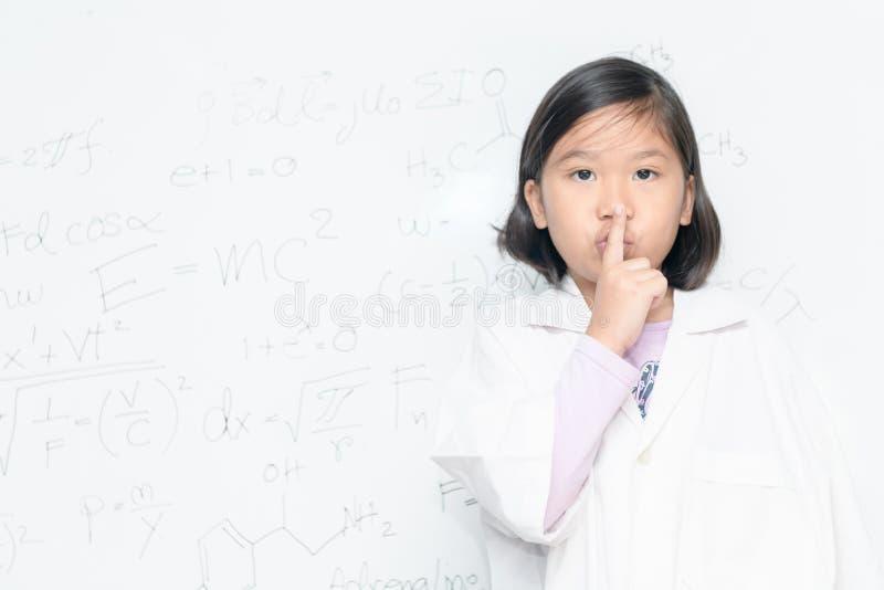 说科学家的女孩静寂是安静的 免版税库存照片