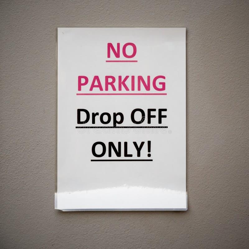 说被碾压的纸的标志禁止停车下落只!在米黄墙壁上 免版税库存照片