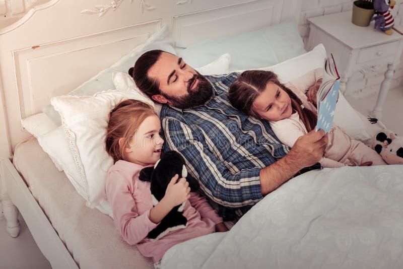 说谎与他的女儿的好爱恋的父亲 图库摄影