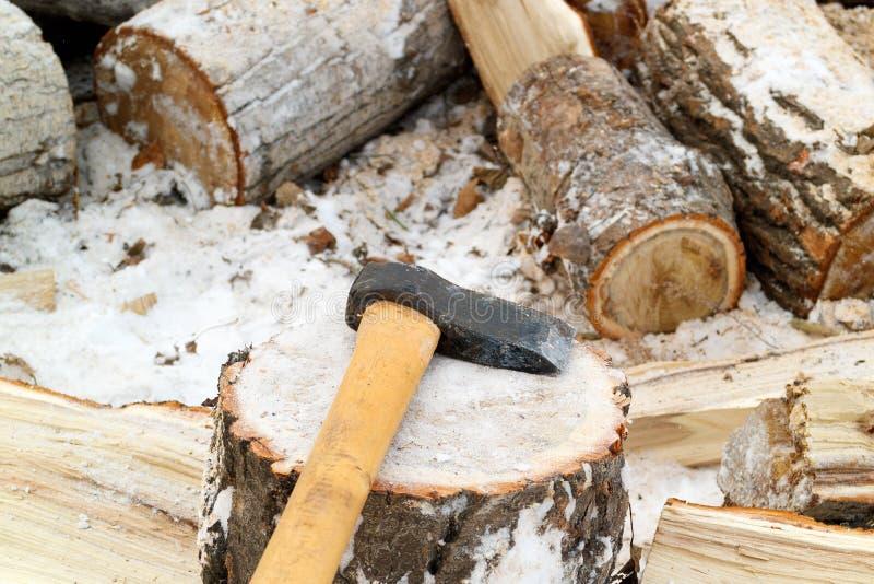 说谎为砍在白杨树树桩的木柴分裂,工作在新鲜空气在冬天 库存图片