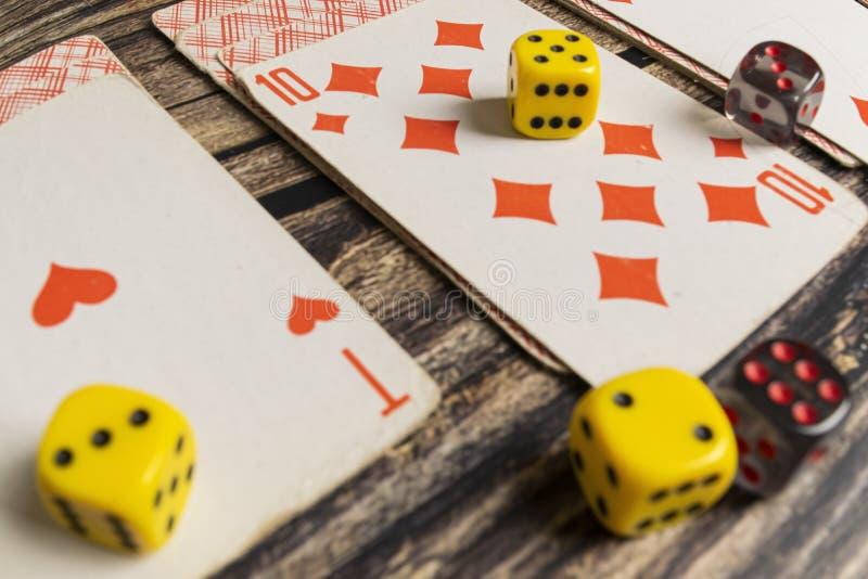 说谎在一张木桌上的纸牌 库存图片