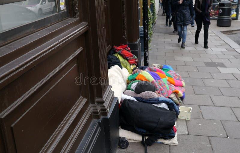 说谎在一条街道上的无家可归的人在温莎柏克夏在英国 免版税库存图片