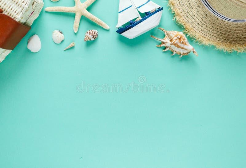 说谎在可膨胀的多福饼圆环的愉快的逗人喜爱的小男孩少年用在游泳场的桔子 在水的活跃的游戏,假期 库存照片