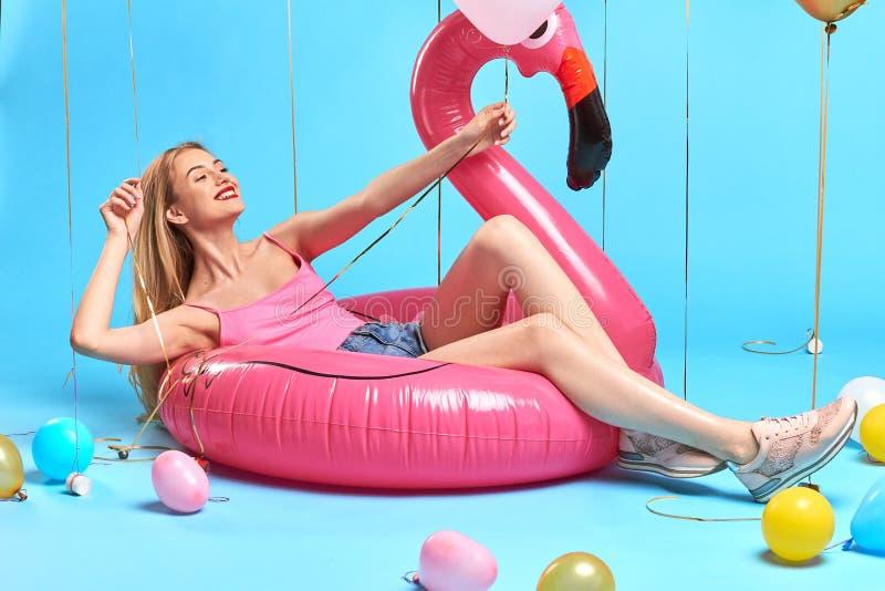 说谎在可膨胀的床垫的迷人的正面愉快的女孩 图库摄影