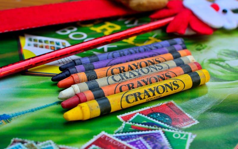 说谎在图画本的五颜六色的蜡笔 库存图片
