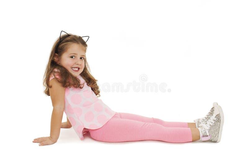 说谎在地板上的可爱的小女孩 免版税库存照片