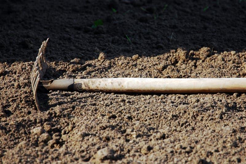 说谎在地面尖叉的庭院犁耙  免版税库存图片