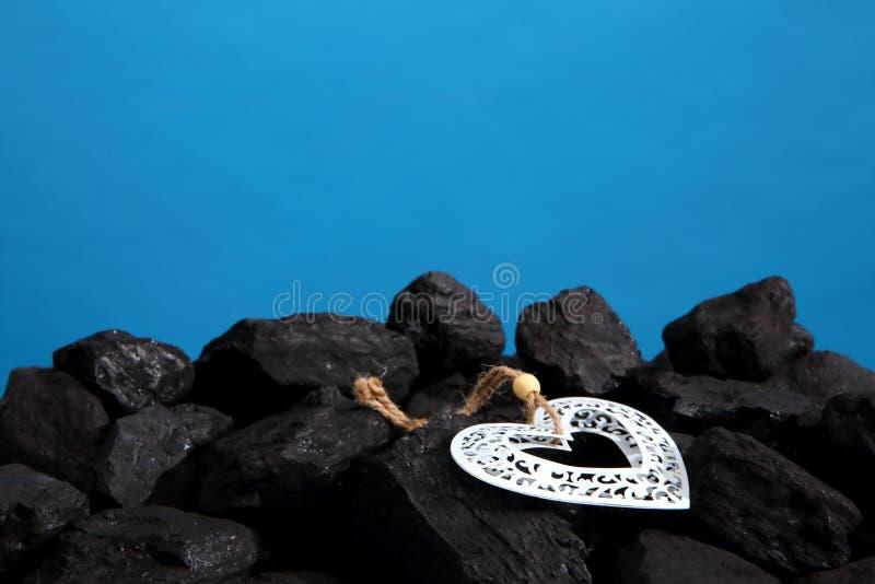 说谎在堆的装饰心脏黑煤炭 免版税库存图片