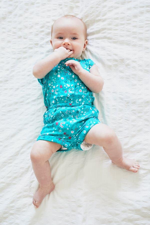 说谎在床上的可爱的女婴 免版税图库摄影