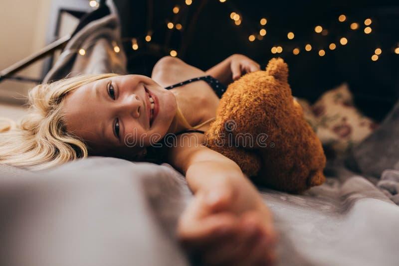 说谎在床上的女孩 免版税库存照片