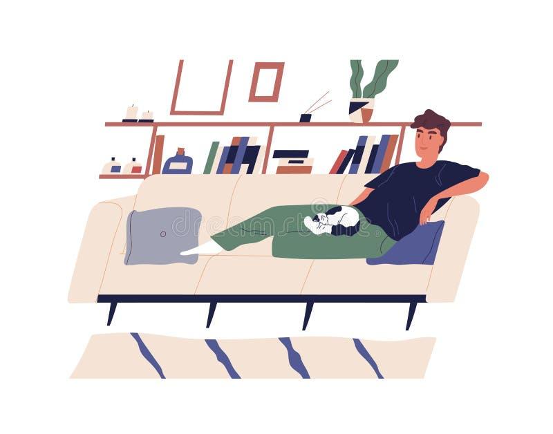 说谎在有他的猫的轻松的长沙发的逗人喜爱的愉快的男孩 在家放松在舒适沙发的年轻微笑的人 快乐的男性动画片 皇族释放例证