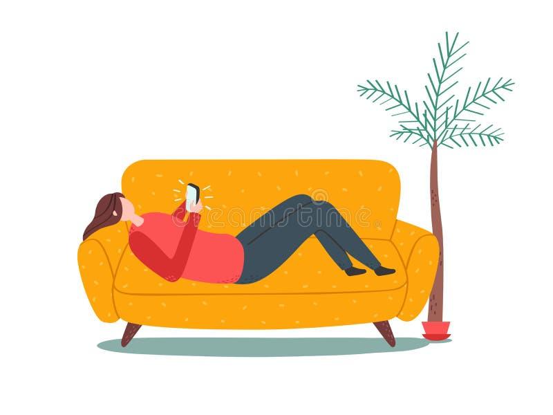 说谎在有智能手机的沙发的妇女 天真样式 皇族释放例证