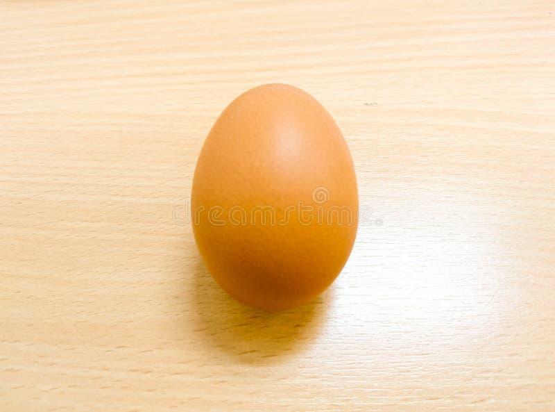 说谎在木桌上的鸡蛋 库存照片