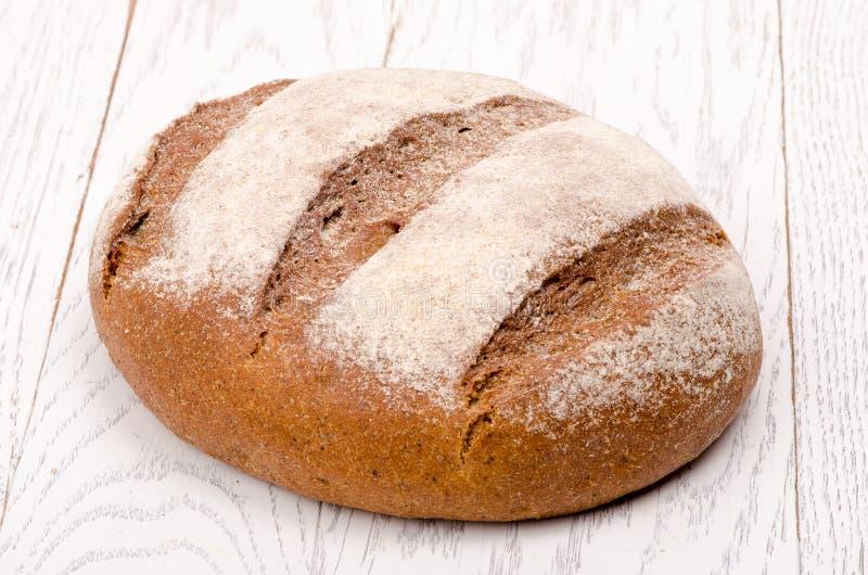 说谎在木背景的新鲜面包 免版税库存照片