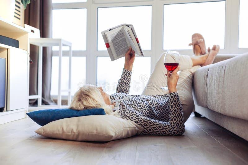 说谎在沙发坐垫的好宜人的妇女 库存图片
